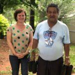 A gerente de gestão ambiental entrega mudas frutíferas para o usuário das rodovias administradas pela TEBE, Sr. Carlos Moreira.