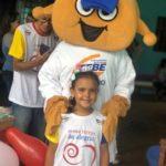 A pequena Isabela, mascote da Nossa Turma da Alegria com o mascote TEBINHO, levaram alegria e brincaram bastante com as crianças da casa.