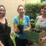 Marcela e sua mãe Maria Ignez Tortorello receberam da gerente de gestão ambiental da TEBE, Marilei Alves, algumas mudas de árvores frutíferas.