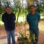Os usuários das rodovias, Jaime e Rafael ouviram no rádio e vieram buscar mudas de árvores frutíferas e nativas.