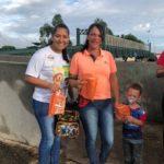 Josiane entrega kit e orienta Cristiane e Luiz Guilherme para sempre utilizarem a Passarela.
