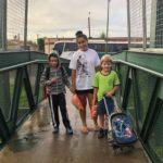 Anaisa sempre leva seu filho Giovani e o amiguinho Felipe para escola e atravessam pela passarela.
