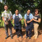 Os colaboradores Marcos, Salete e Fabiana receberam as mudas frutíferas das mãos da gerente de gestão ambiental da TEBE, Marilei Alves.