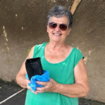 Professora Vera Mesquita, recebeu sua muda de jabuticaba.