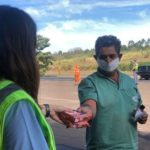 Natali Teixeira entrega para caminhoneiros macarrão instantâneo da PANCO.