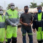 Equipe da SOS Rodovias, faz a medição de temperatura e entrega álcool em gel para os caminhoneiros.