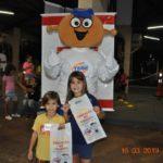Marcelo e Eduarda participaram das brincadeiras e ficaram realizados com o kit do projeto Educação no Trânsito.