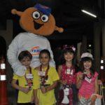 O mascote TEBINHO, entrega os kits do projeto e a medalha de participação kids para Conrado, Maria Clara, Rafaela e Maria Eduarda, que participaram das brincadeiras.