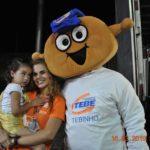 Durante a premiação Mayte e Mônica com o mascote TEBINHO.