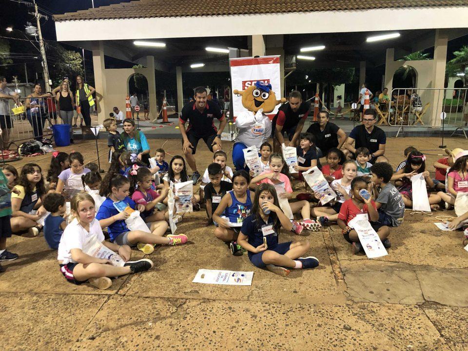 TEBE em parceria com o SESI de Barretos participaram da corrida Parque Night Run com brincadeiras para as crianças sobre Educação no Trânsito