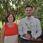 O colaborador Marcos Santana, levou uma muda de árvore de acerola.