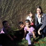 Representando a TEBE, Aline Leitão, durante plantio de mudas nativas e frutíferas, com alunos do 3º ano.
