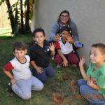 Diretora Sonia Paro, com alunos do 3º ano.