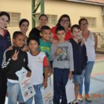 Os alunos Iago, Alexandre, Cauã, João e Marcos, com as professoras Giovana, Maristela, coordenadora Luciana e diretora Sonia Paro.