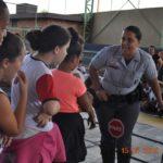 CB PM Patricia orientando os alunos da E.M.E.B. Prof. Stelio Machado Loureiro, sobre placas de sinalizações.
