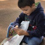 Iuri adepto a leitura, ganhou seu kit e já começou a ler um dos seus gibis da Turma da Mônica.