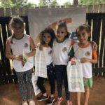 As alunas Maria Eduarda, Maria Vitória, Yasmin e Maria Celia, da E.M. Professor Dorothóvio do Nascimento, felizes por participarem do projeto.