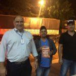 Gerente de operações da TEBE, Fernando dos Santos, com os motoristas, Danilo C. Vieira e Udejonas Lemes Silva