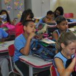 Assim que recebem os gibis, os alunos começam suas leituras.