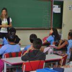Taisa Montagner, durante bate papo sobre segurança no trânsito, com alunos do 5º ano.