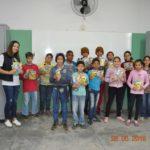 Professora Maria Lucimar, com seus alunos, após entrega dos gibis da Turma da Mônica.