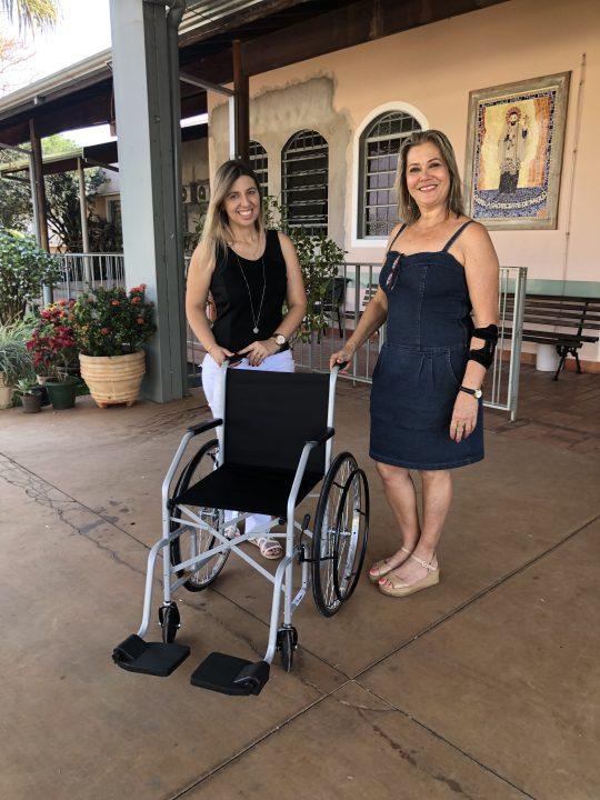 """TEBE entrega mais uma cadeira de rodas para asilo """"Vila dos Pobres"""" em Barretos"""