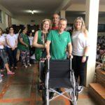 Cadeira de Rodas entregue para Rosa, Renato e Celia do Colégio Alpha COC e repassada para representante do Rotary Club de Viradouro, Sr. Duílio José Flóridi.