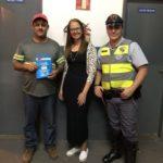 O motorista recebeu o kit sobre segurança no trânsito, representando a TEBE, Janaina F. Ramos e a Policia Militar Rodoviária, CB Góes.
