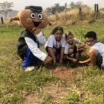 O mascote TEBINHO também ajudou Ana Julia, Jonata Henrique e Pedro Gabriel a plantarem sua primeira árvore.