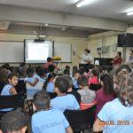 Cabo PM Patrícia orientando os alunos sobre Educação no Trânsito.