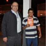 Gerente de Operações, Fernando dos Santos, entrega o kit educativo para os motoristas que passaram pela campanha.