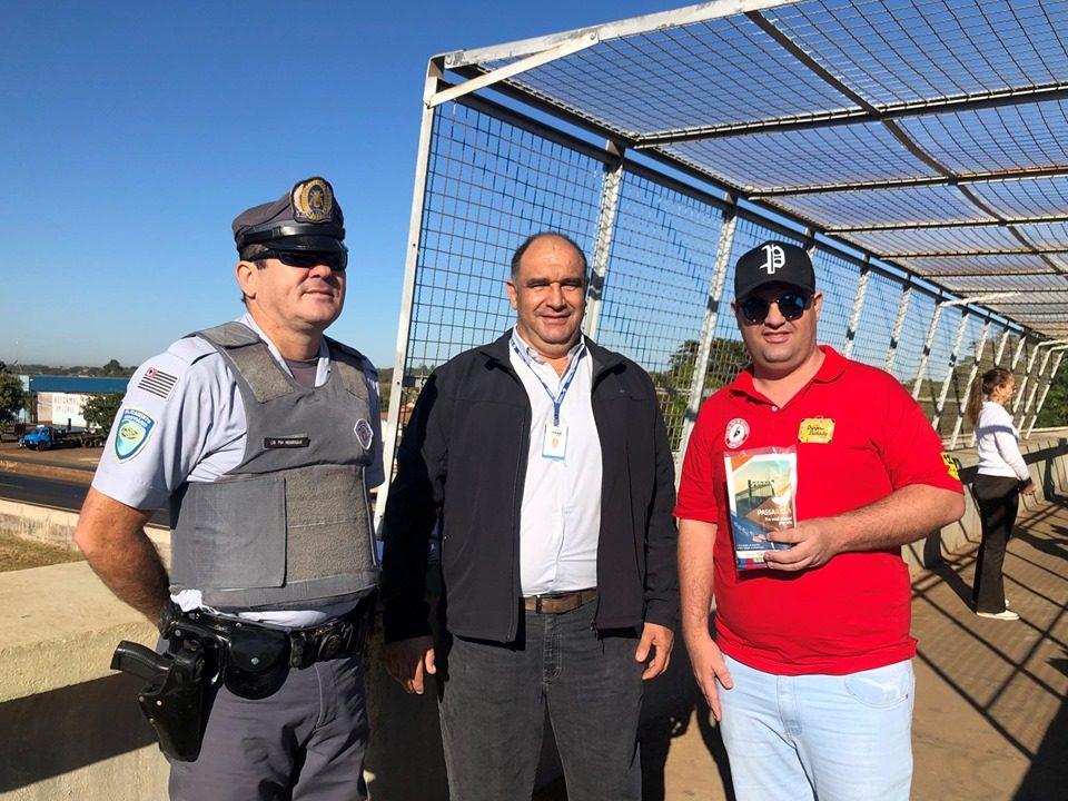 CB Henrique, Fernando dos Santos e Diego Viana, que fez questão de passar pela passarela.