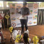 CB Patricia explica para as crianças sobre os cuidados no trânsito e entrega o kit que tem uma carteirinha de Policial Mirim.