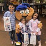 Os irmãos Gabriel, Ana Beatriz e Ana Clara passaram pelo projeto e brincaram com o mascote TEBINHO.