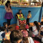 Crianças concentradas com a apresentação no teatro do Jocum, no espaço da TEBE.