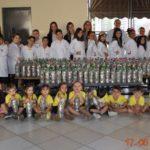 Durante a entrega dos lacres, estiveram presentes as proprietárias do colégio Convívio, professoras, coordenadoras e alunos da educação infantil e do 4ºano, com representantes da TEBE, Taisa Montagner e Natali Teixeira.