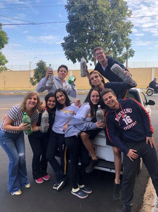 Colégio Convívio de Bebedouro entrega lacres das latinhas para Campanha Lacre do Amor da TEBE