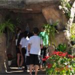 Durante a visita, Elza levou os alunos para conhecer a gruta e ficaram encantados.