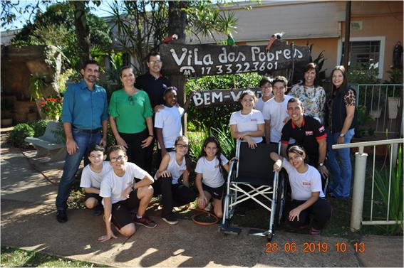 """TEBE e SESI de Barretos entregam cadeira de rodas para Asilo """"Vila dos Pobres"""" em Barretos"""