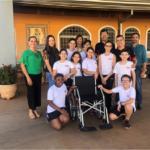 """Elza recebe cadeira de rodas para """"Vila dos Pobres"""", ação realizada em parceria com a TEBE e o SESI de Barretos."""