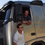 O caminhoneiro David fez questão de buscar uma muda de Pitanga, que o aluno Bruno ofereceu.