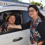 A motorista Rosângela passou e também quis uma muda de árvore, entregue pela professora Fabiana Vidotti.