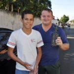 Aluno José entregou uma muda de jabuticaba para o motorista João Leonardo.