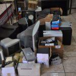 Lixo eletrônico descartado pela concessionária.