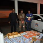 Gerente de Operações, Fernando dos Santos, entrega o kit educativo para os motoristas Manoel Fernandes da Silva e Lucas Alencar.