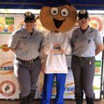 CB Patricia, mascote TEBINHO e SD Juliana, levando informações sobre segurança no trânsito.