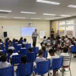 Cabo PM Mattiozzi ensinando sobre um trânsito mais seguro.