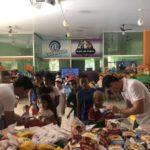 Vereador Jorge Cardoso e Thiago De Luccia, entregando lanches e kits para as crianças.