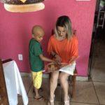 Naiara Almeida Nastromagario ensina Richard como brincar com o jogo da memória da TEBE.