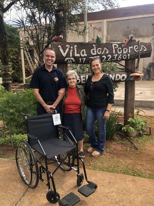 """TEBE entrega cadeira de rodas para o Asilo """"Vila dos Pobres"""" em Barretos"""